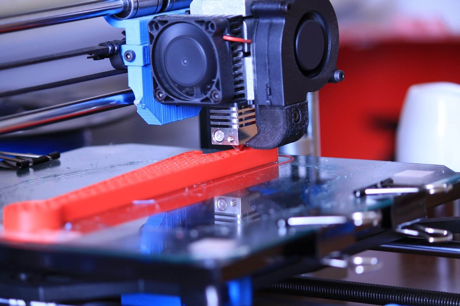 ABS-extruder-laying%20ABS%20layer-by-layer-on-3D-FDM-printer-platform